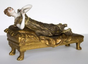 Femme allongée en bronze